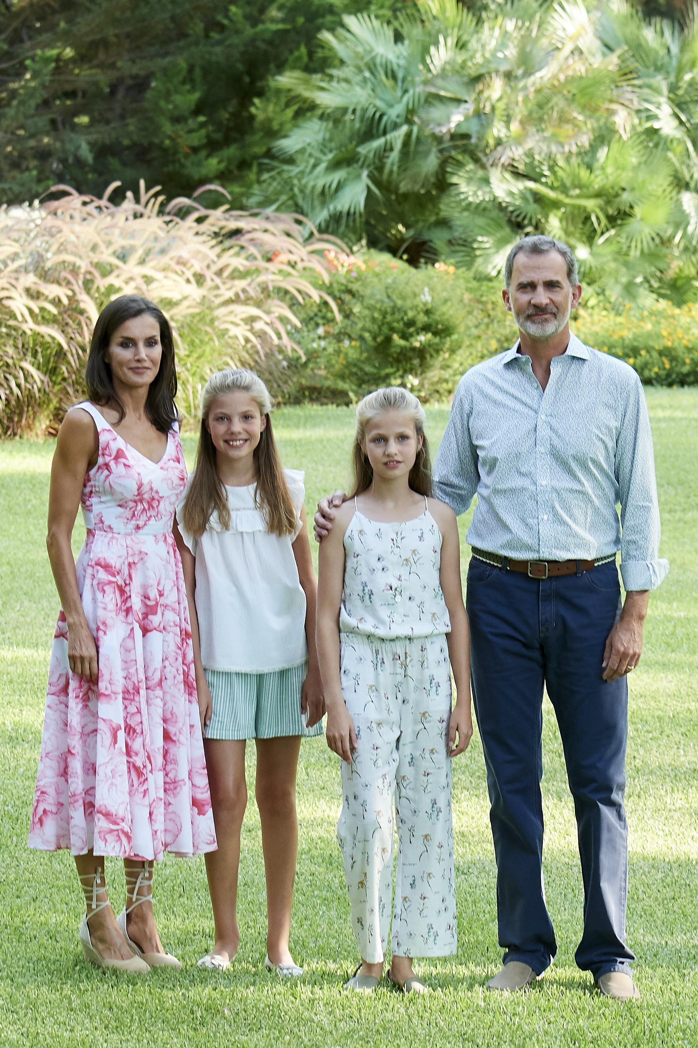 La reina elige un vestido blanco de flores en el posado oficial en el Palacio de Marivent