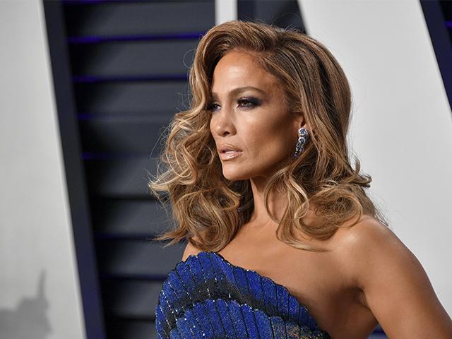 Jennifer Lopez elige un albornoz de Versace para salir de sus conciertos