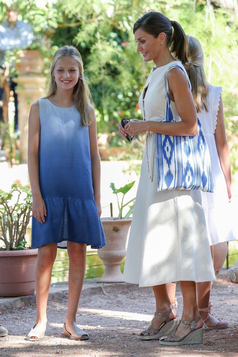 La reina Letizia elige un vestido blanco de Uterqüe en Mallorca