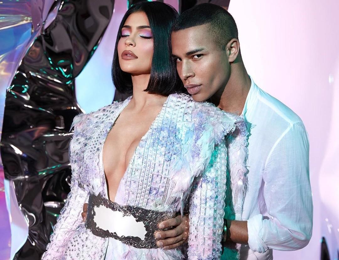 Kylie Jenner se une a Balmain con una colección cosmética que va a estrenar sobre la pasarela de la PFW