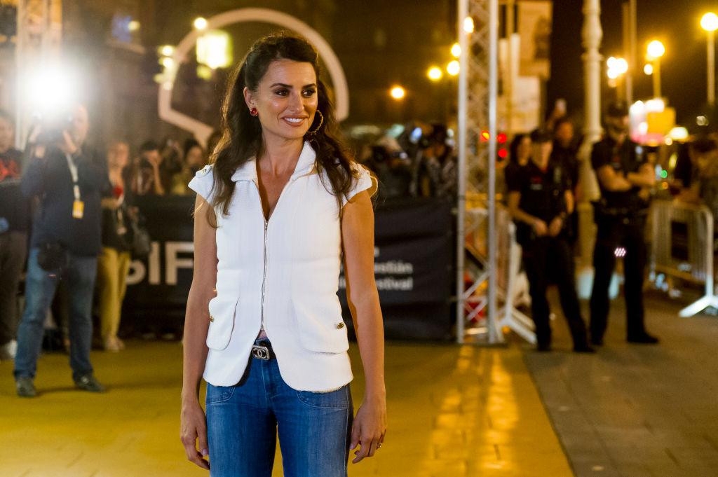Penélope Cruz llega a San Sebastián con un look chic informal de Chanel