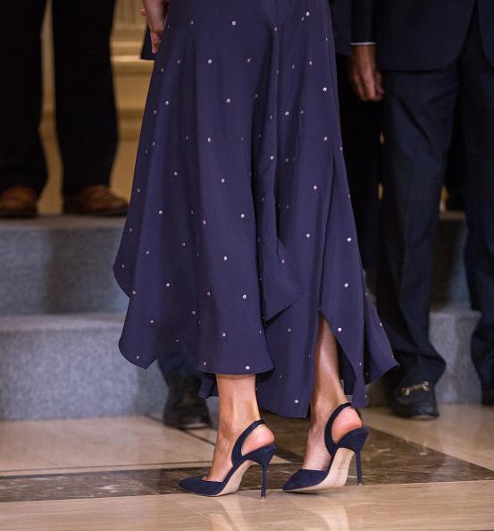 La reina Letizia regresa al trabajo y le copia el look a Juliana Awada