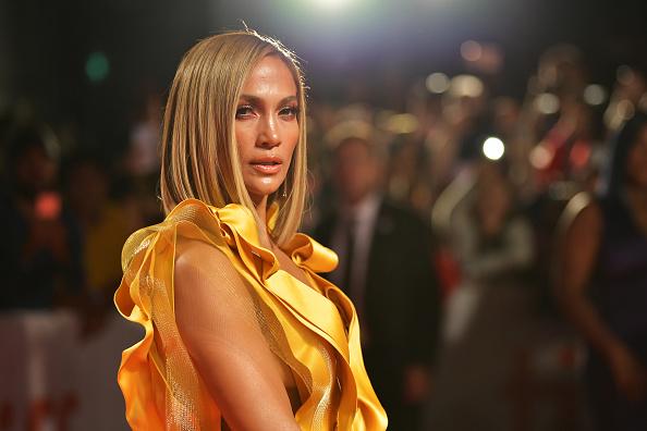 Jennifer Lopez y su arriesgado vestido amarillo en el Festival de Cine de Toronto