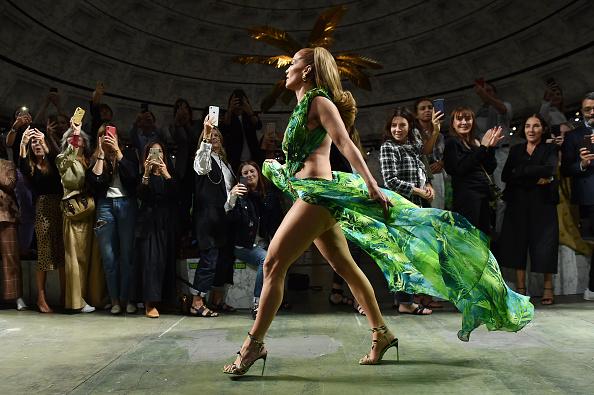 Jennifer Lopez y el jungle dress 20 años después en el desfile de Versace en Milán