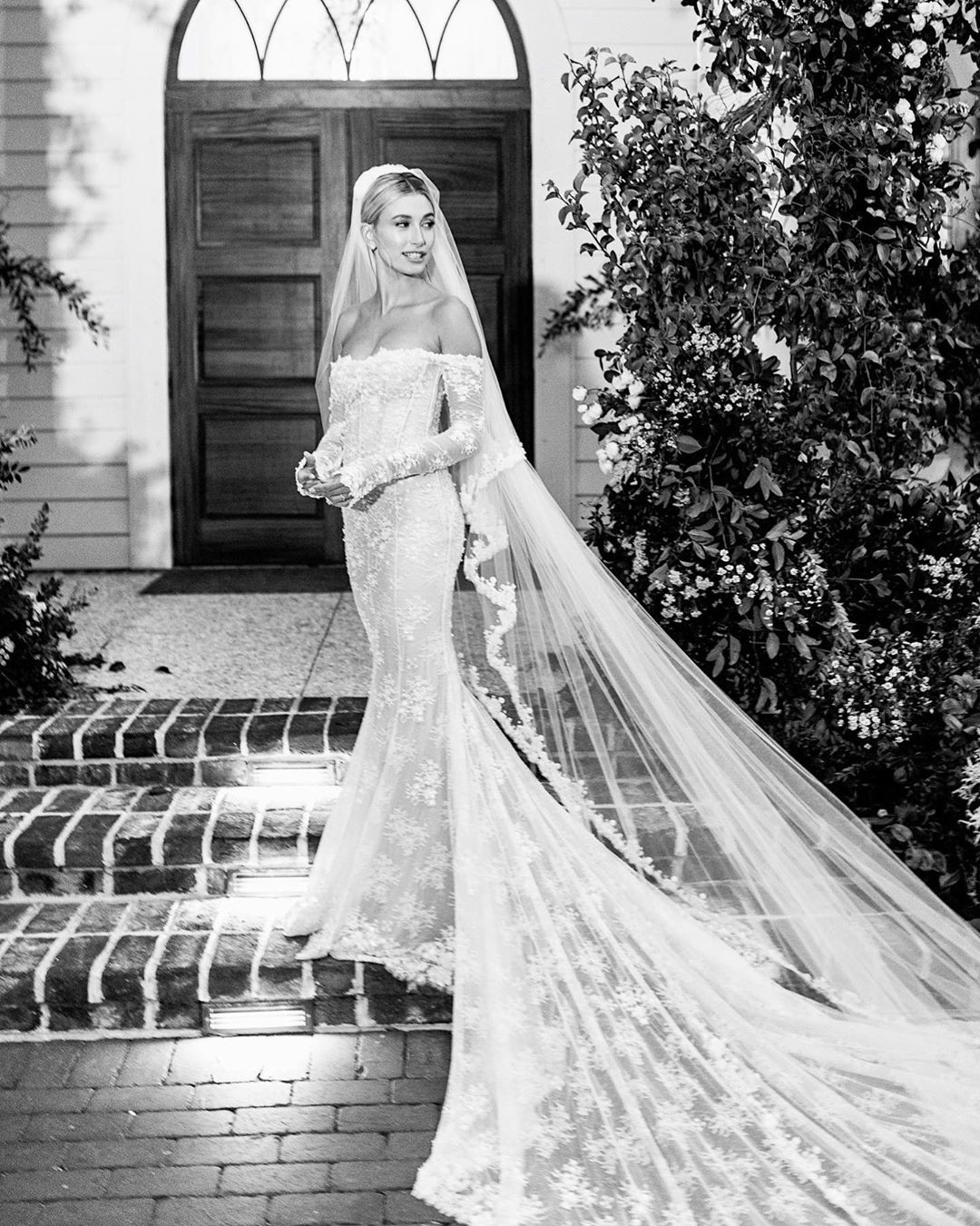 Las primeras imágenes del vestido Off White de novia de Hailey Bieber