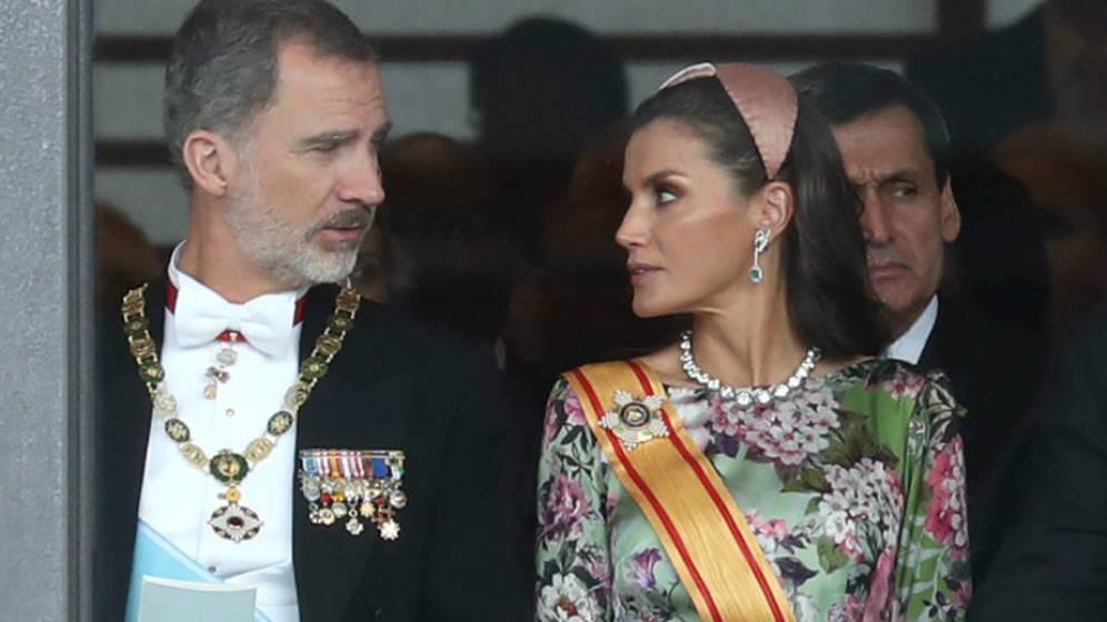 La reina sorprende con un look de flores la entronización del emperador Naruhito