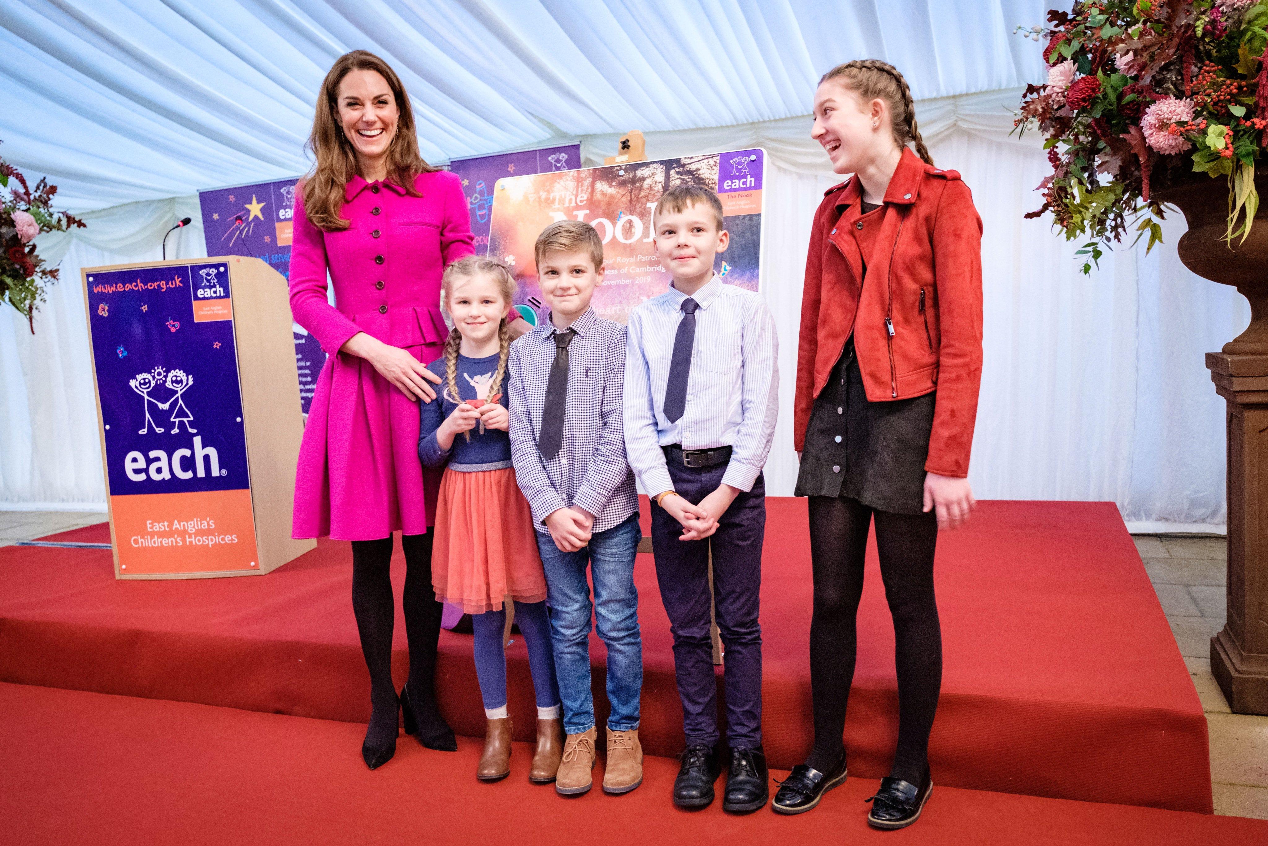 Kate Middleton con un dos piezas fucsia de Oscar de la Renta