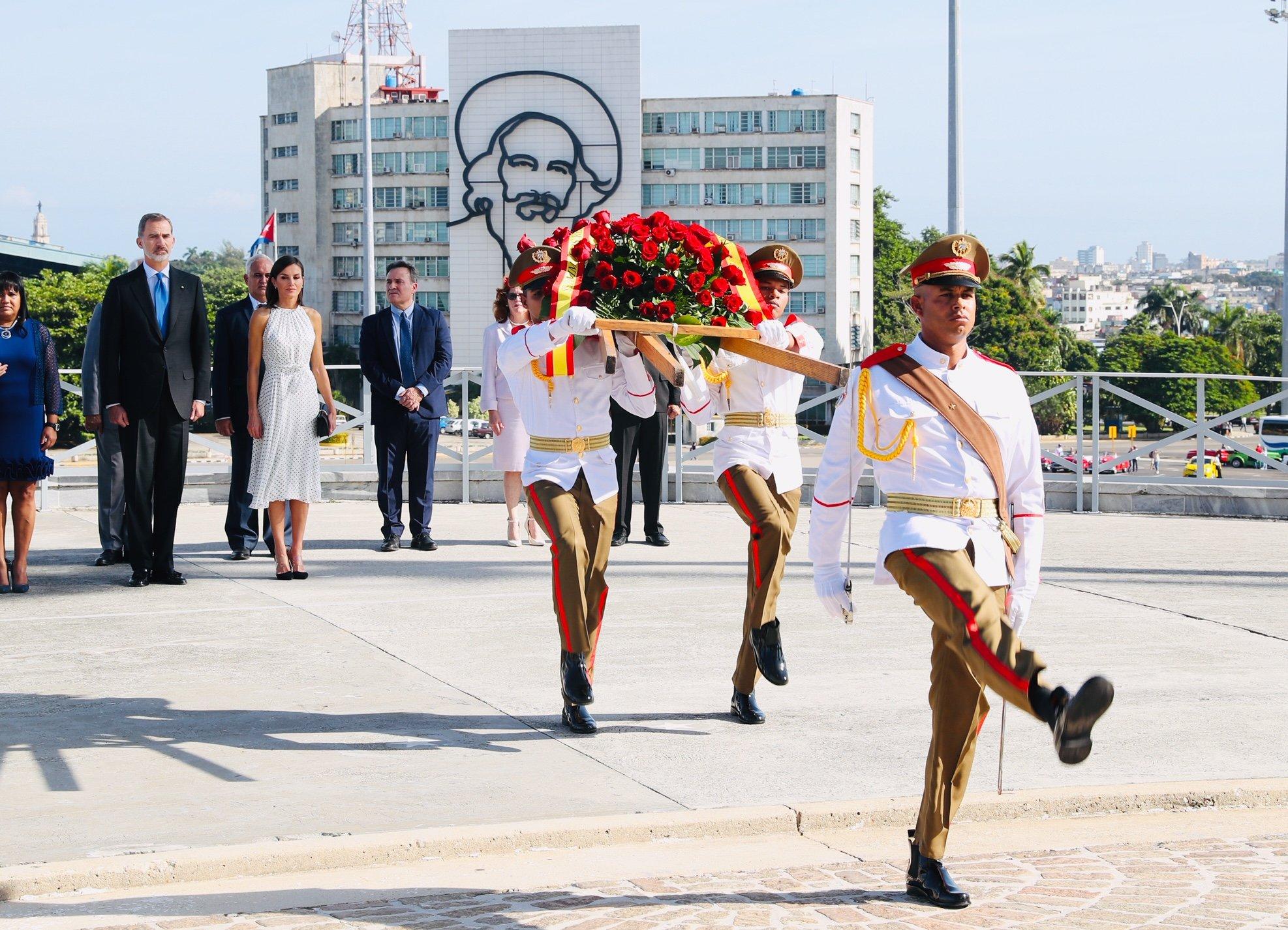 Los Reyes inician su viaje de Estado en Cuba y la reina elige un vestido blanco de lunares