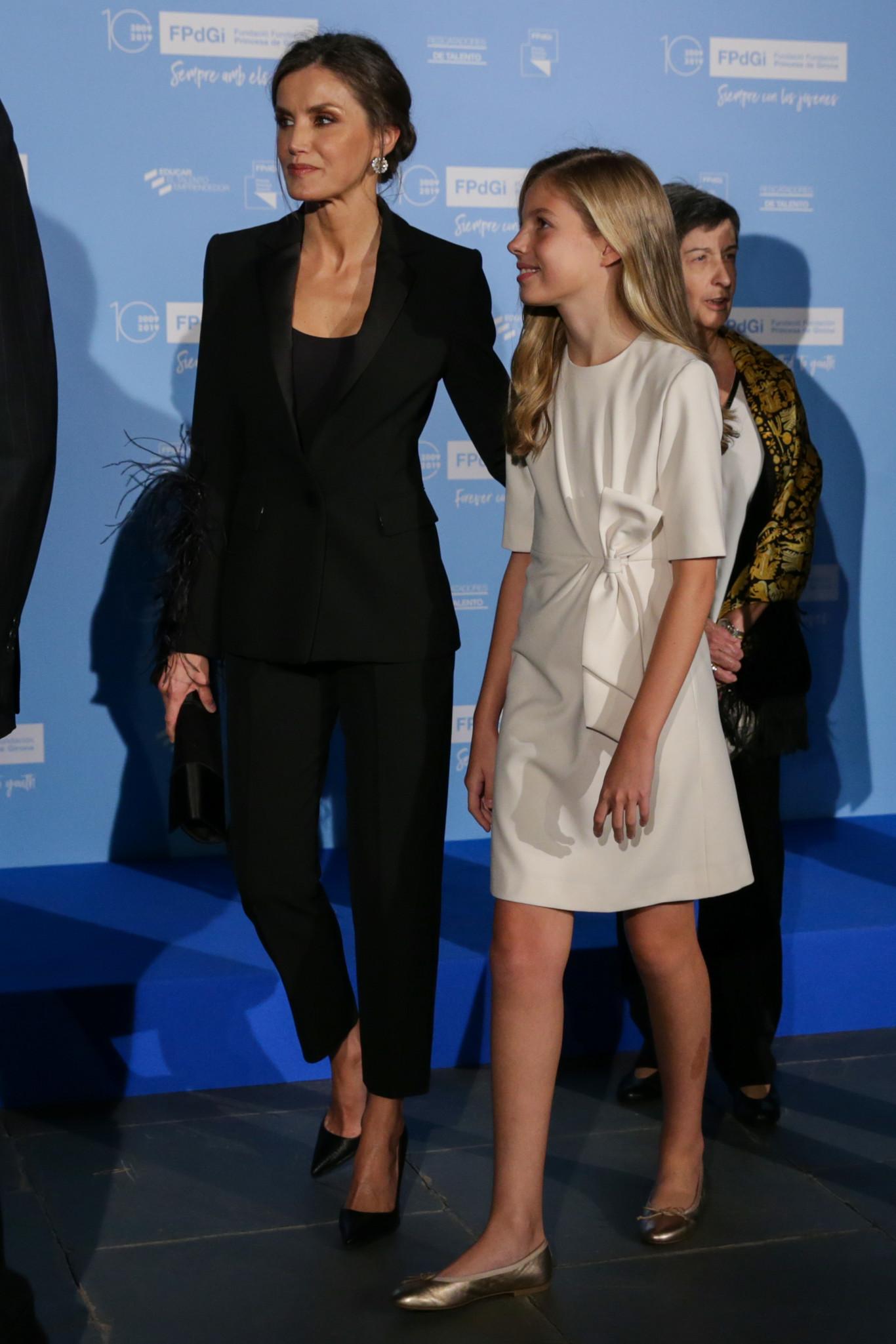 La reina Letizia reinventa el esmoquien con un espectacular Pertegaz de plumas