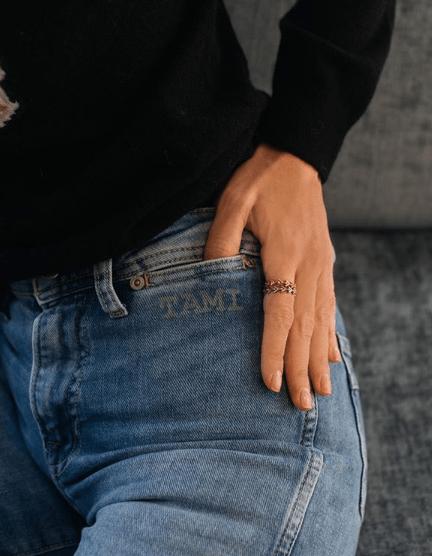 Tamara Falcó se suma a la tendencia del jeans customizado con su nombre