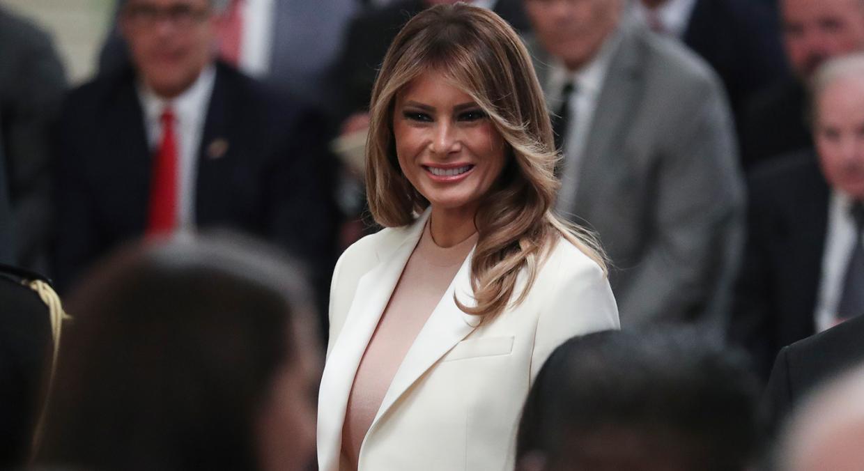 Melania Trump muestra vestida de blanco cómo es la Navidad en la Casa Blanca