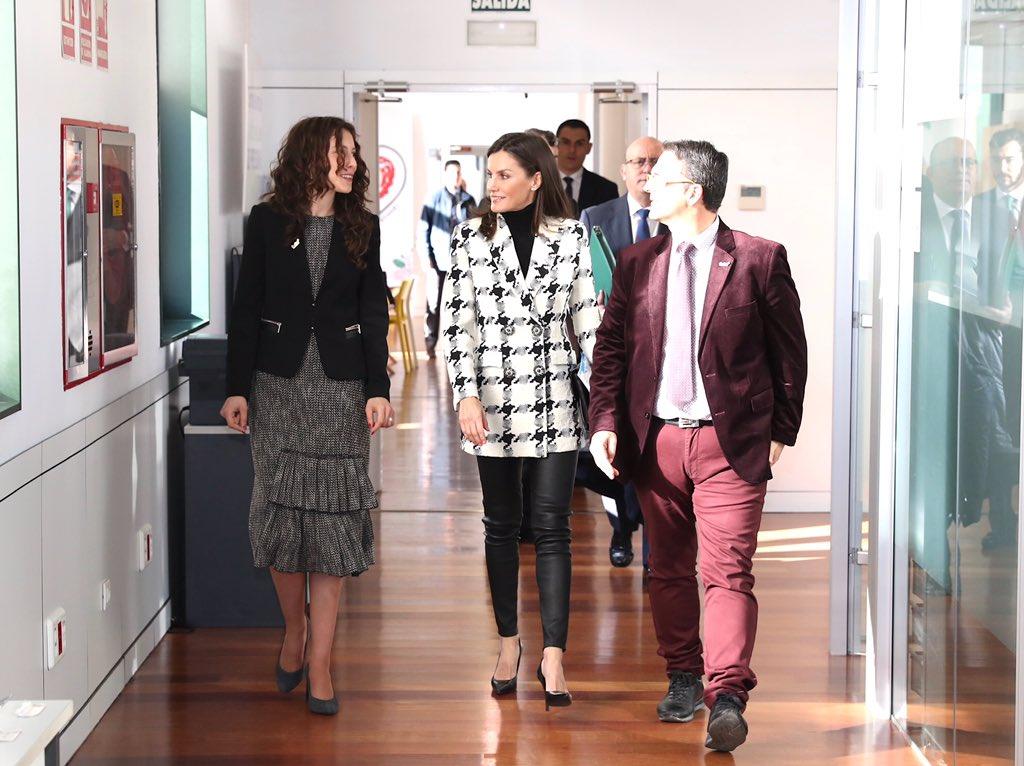 La reina Letizia recupera su chaqueta más chula de Uterqüe en pata de gallo