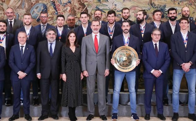 La reina Letizia recibe a la selección de balonmano vestida de lunares