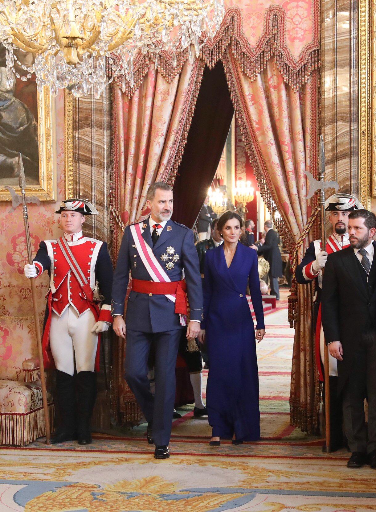 La reina Letizia elige el azul en un elegante vestido para la Pascua Militar 2020