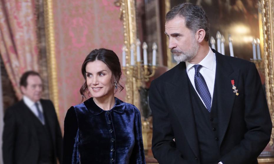 La reina repite vestido azul de Felipe Varela en la recepción del cuerpo diplomático