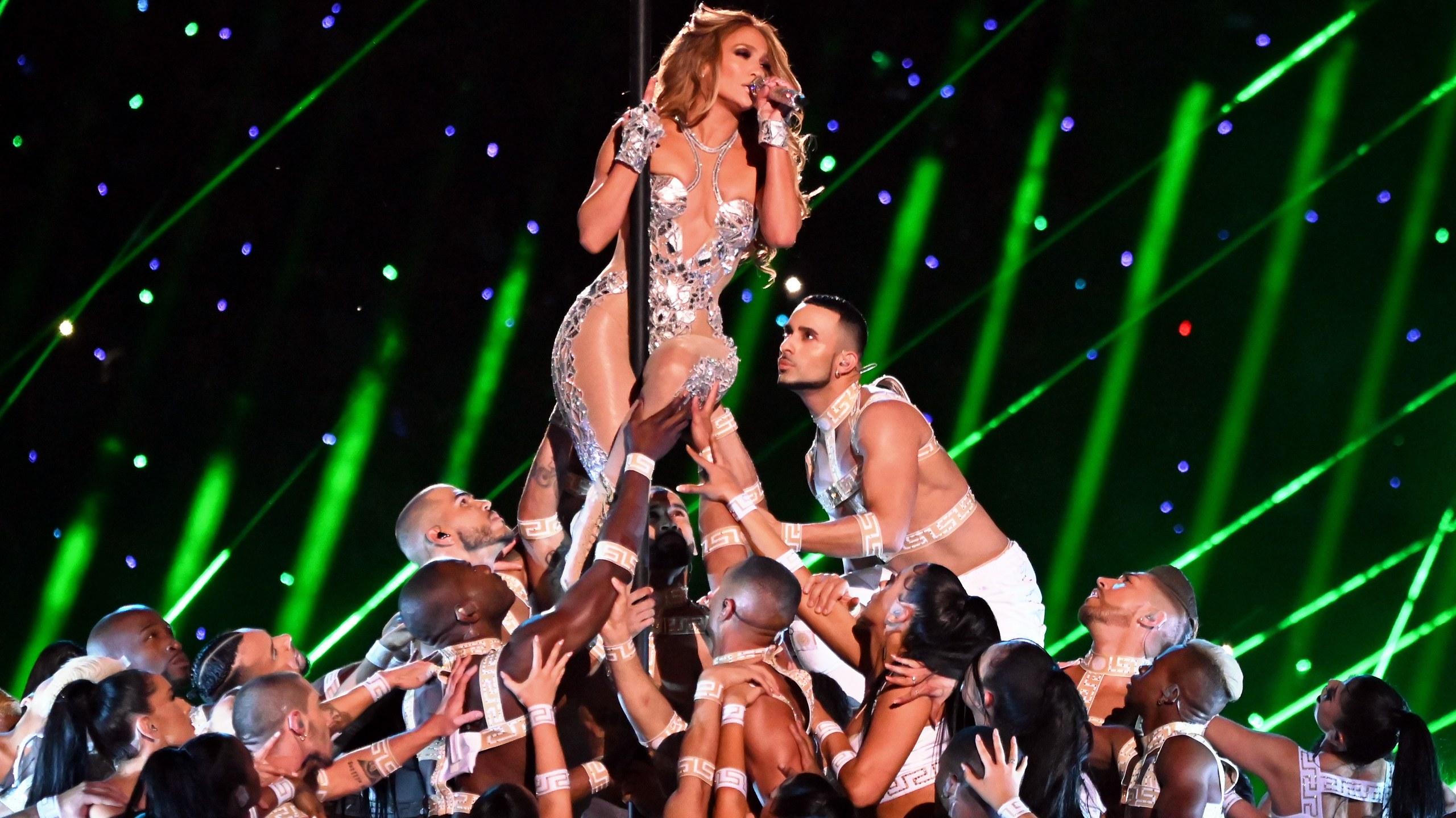Jennifer Lopez y Shakira deslumbran en la Super Bowl más latina de la historia