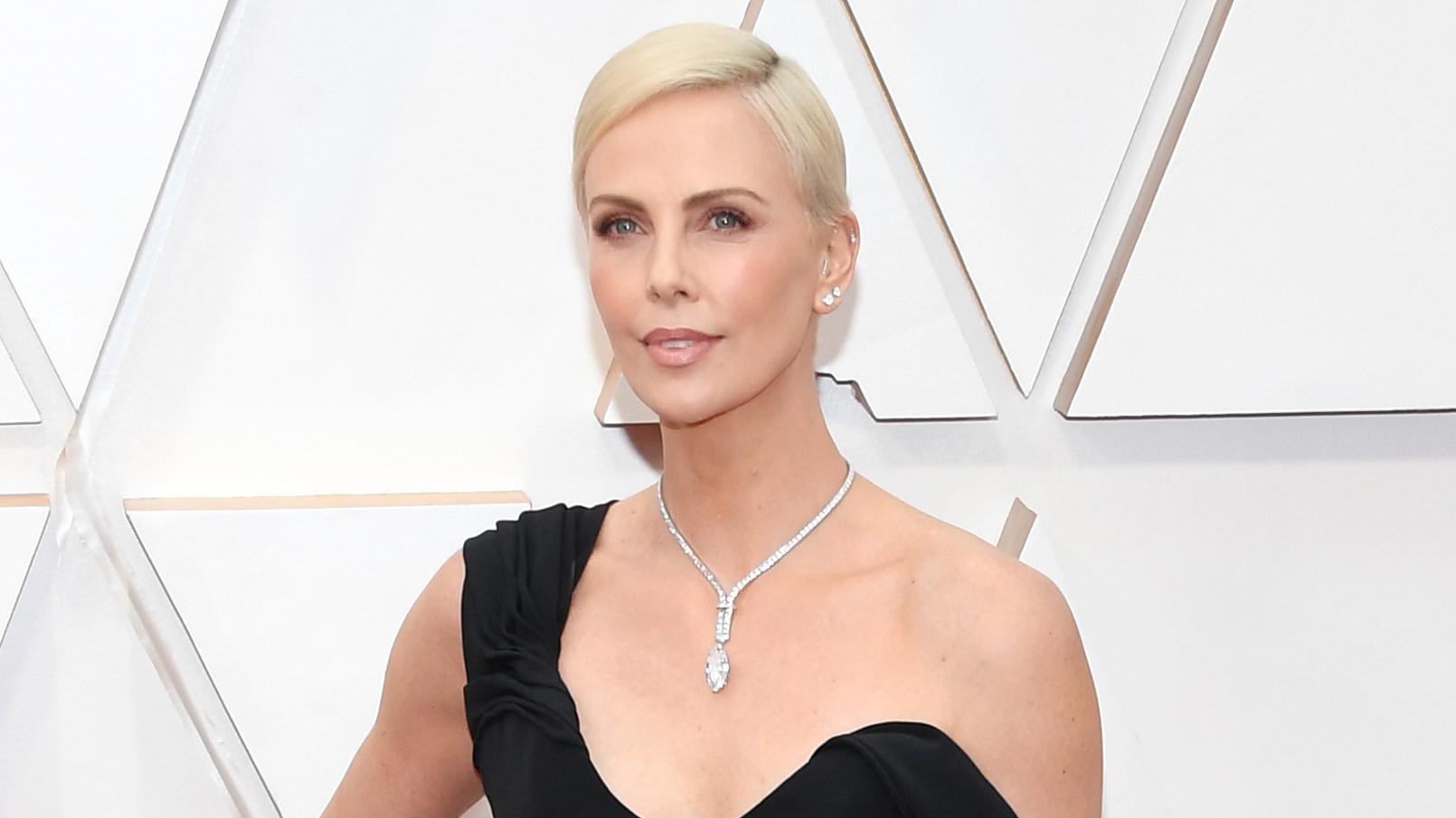 Los secretos de maquillaje de Charlize Theron en los Premios Oscars 2020