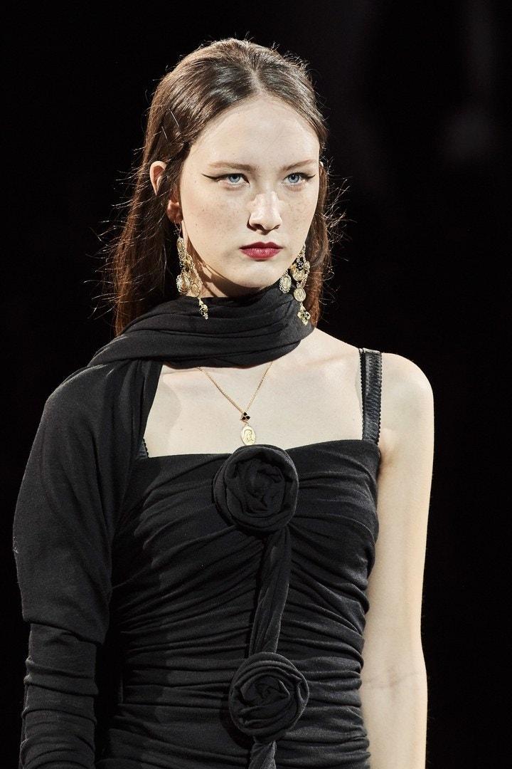 Dolce & Gabbana presentó para otoño-invierno 2020 las mil y un formas de llevar un little black dress. ¿Cuál es al tuya?