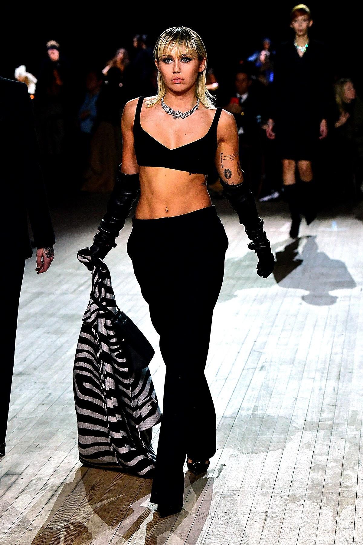 Miley Cyrus en el desfile de Marc Jacobs o cómo llevar todas las tendencias otoño-invierno 2020 en un solo look