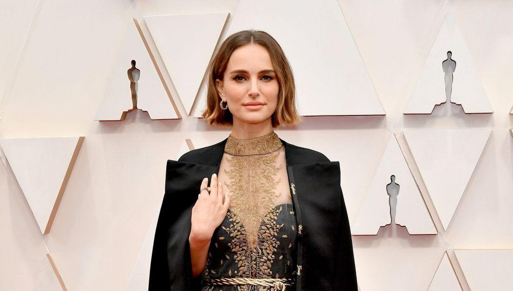 La capa de Natalie Portman firmada por Dior, un homenaje feminista en los Oscars 2020