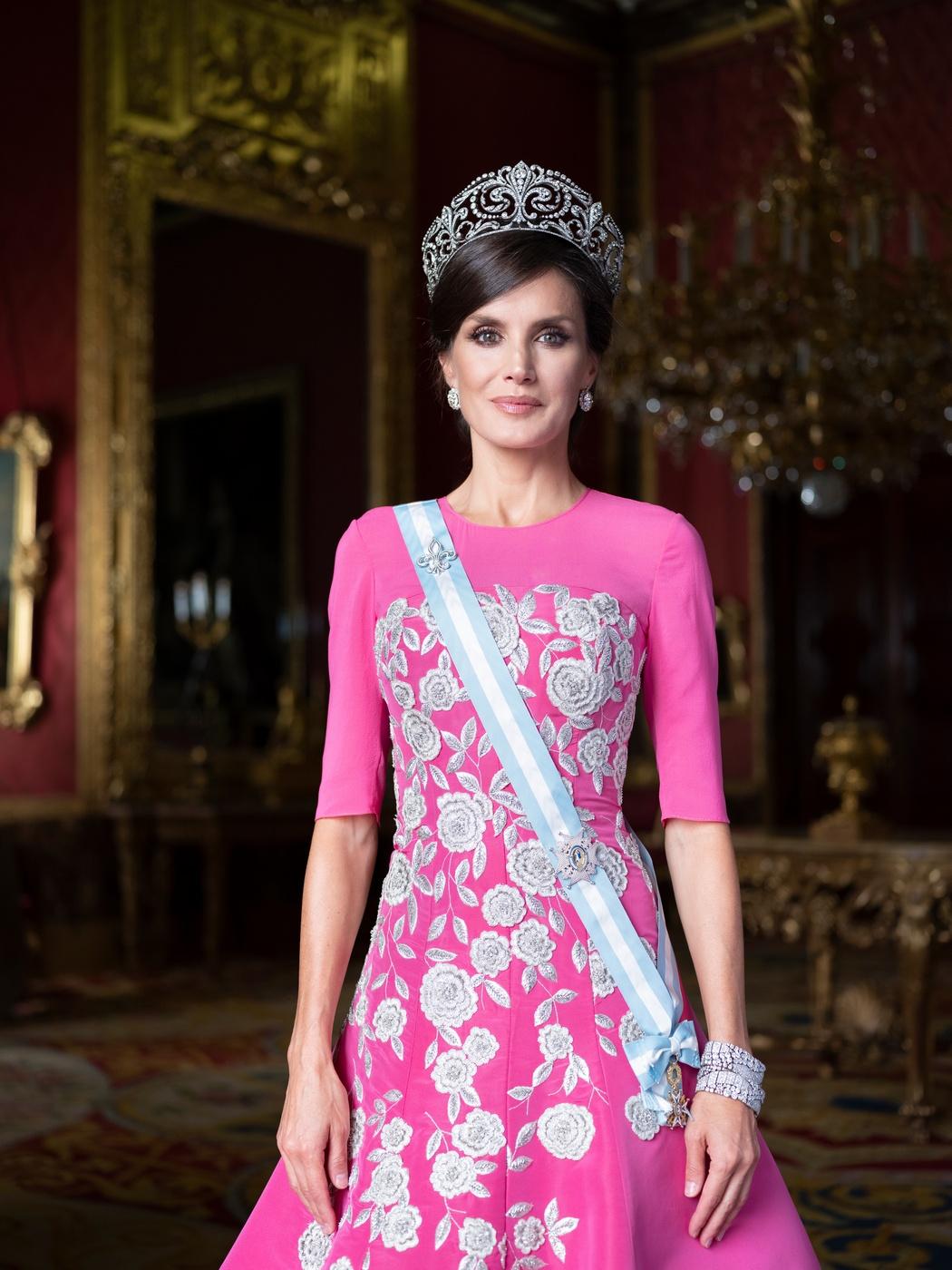Así es el nuevo álbum real: los retratos oficiales de los reyes Felipe y Letizia junto a sus hijas
