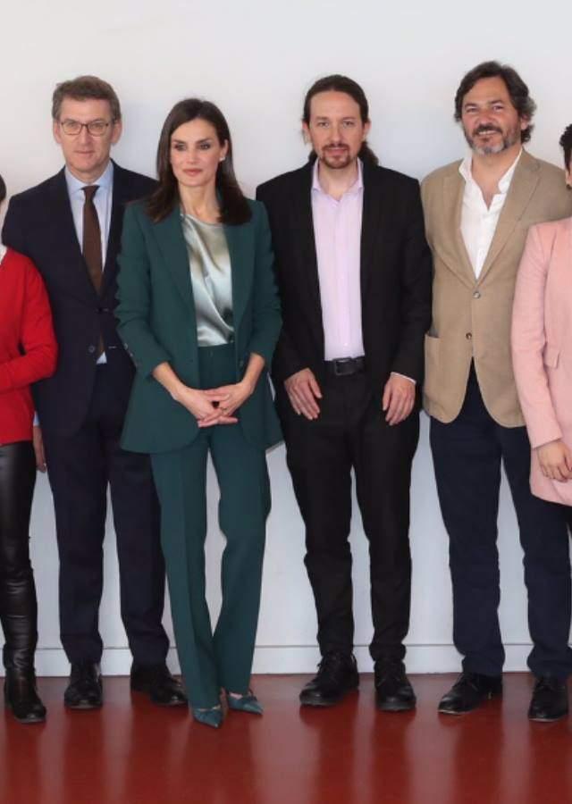 La reina Letizia visita Galicia y le da la vuelta al traje sastre con mensaje