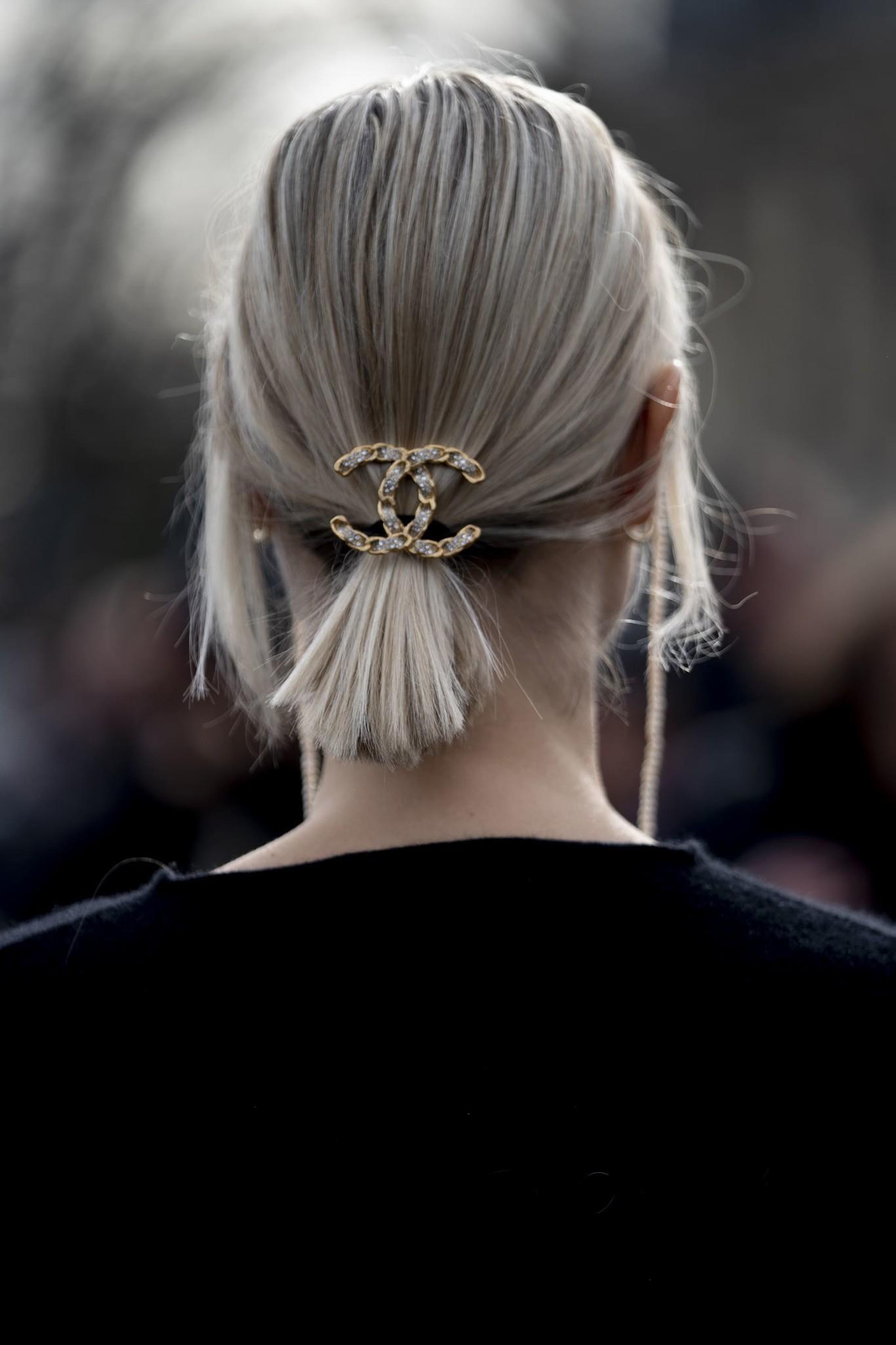 De la pasarela a la calle, la coleta se confirma como el peinado del 2020 (y te damos ideas para adornarla)