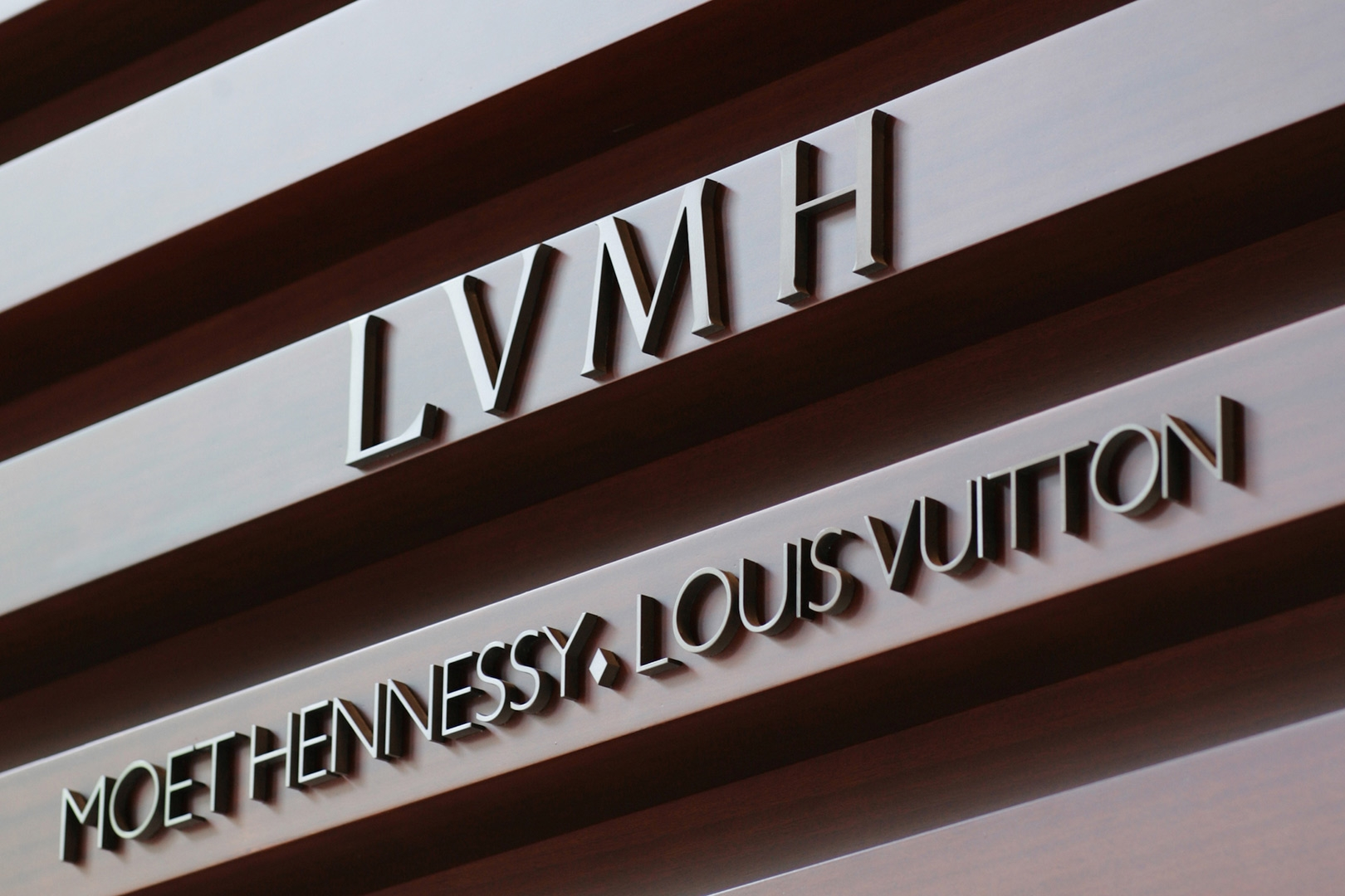 El Grupo LVMH pone sus fábricas de perfumes a producir gel de manos gratuito y nosotros lo aplaudimos