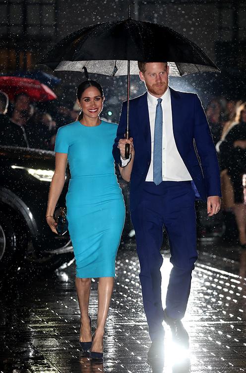 Meghan Markle (espectacular de azul) y el príncipe Harry: unidos y sonrientes bajo la lluvia en Londres