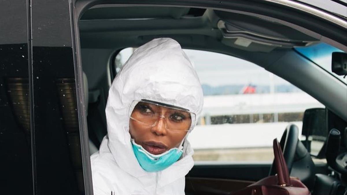 Naomi Campbell rompe Internet con su (extremo) look de aeropuerto