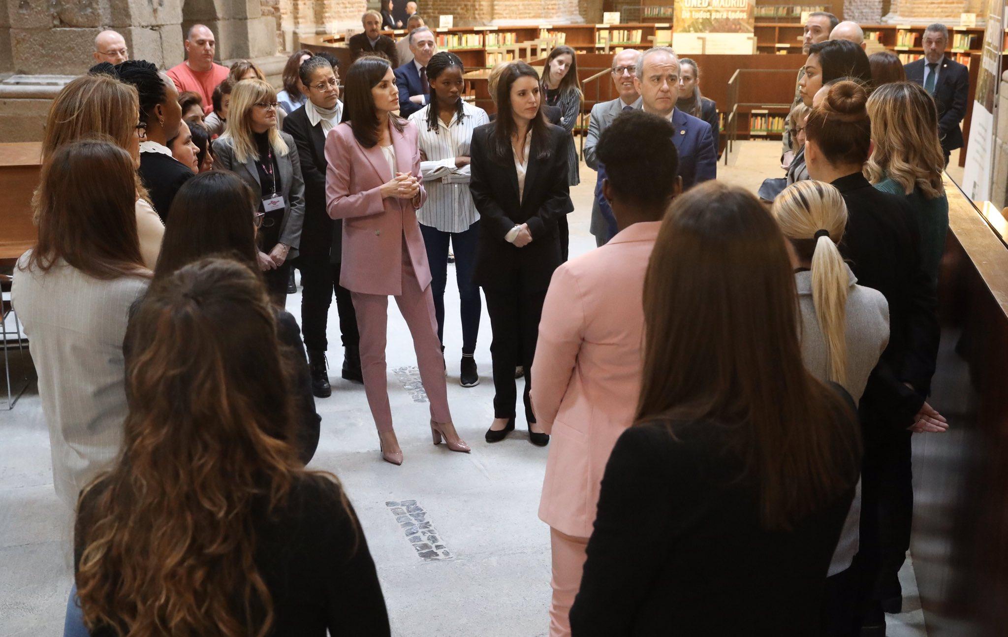 La reina Letizia lo confirma: el traje rosa es el nuevo básico del armario real
