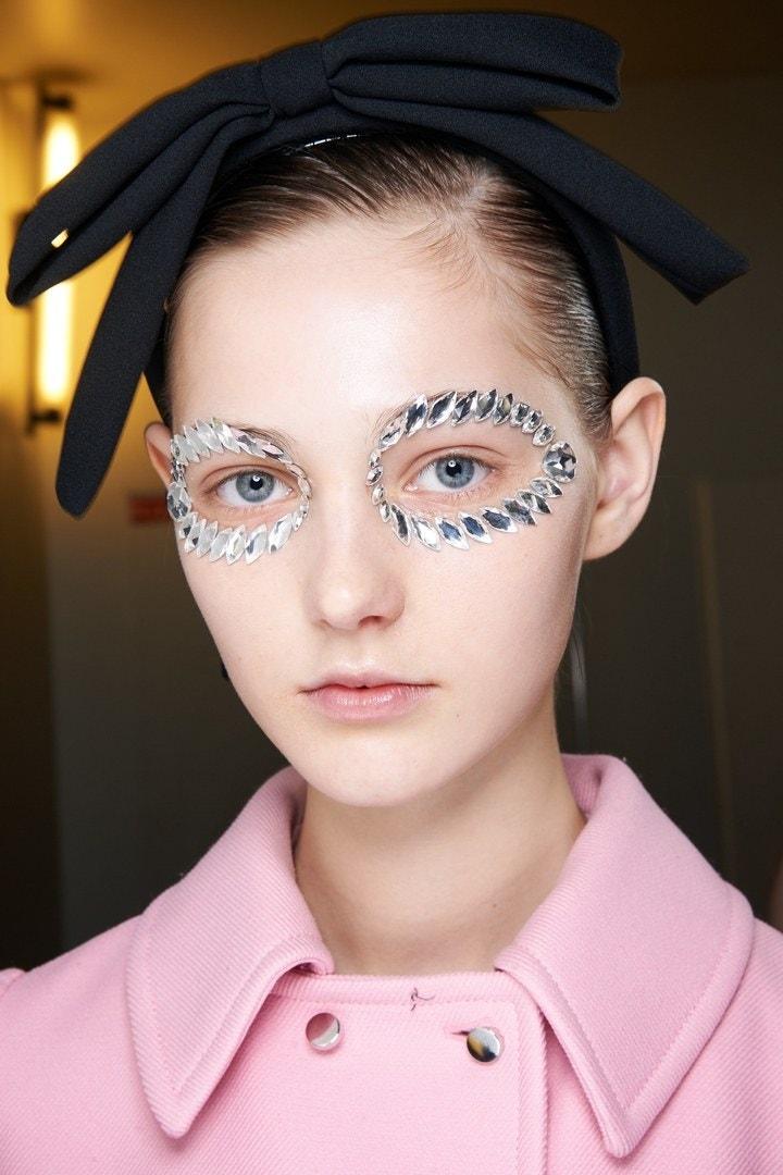 Trucos de maquillaje: los cristales de Swarovski en el desfile de Giambattista Valli en PFW