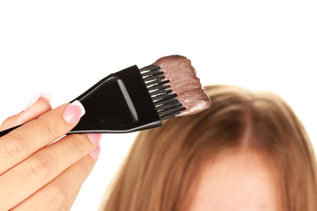 8 consejos para retocar el color de tu pelo desde casa y no morir en el intento