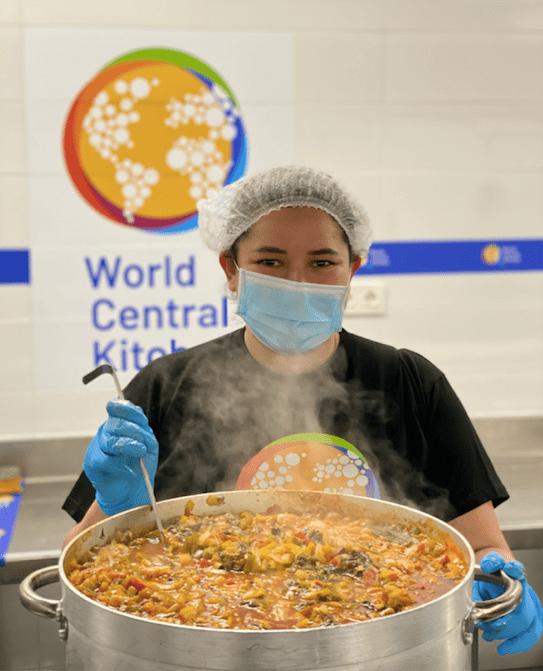 He sido voluntaria en la cocina más grande de la ONG World Central Kitchen del chef José Andrés en Madrid y así es la historia que he vivido