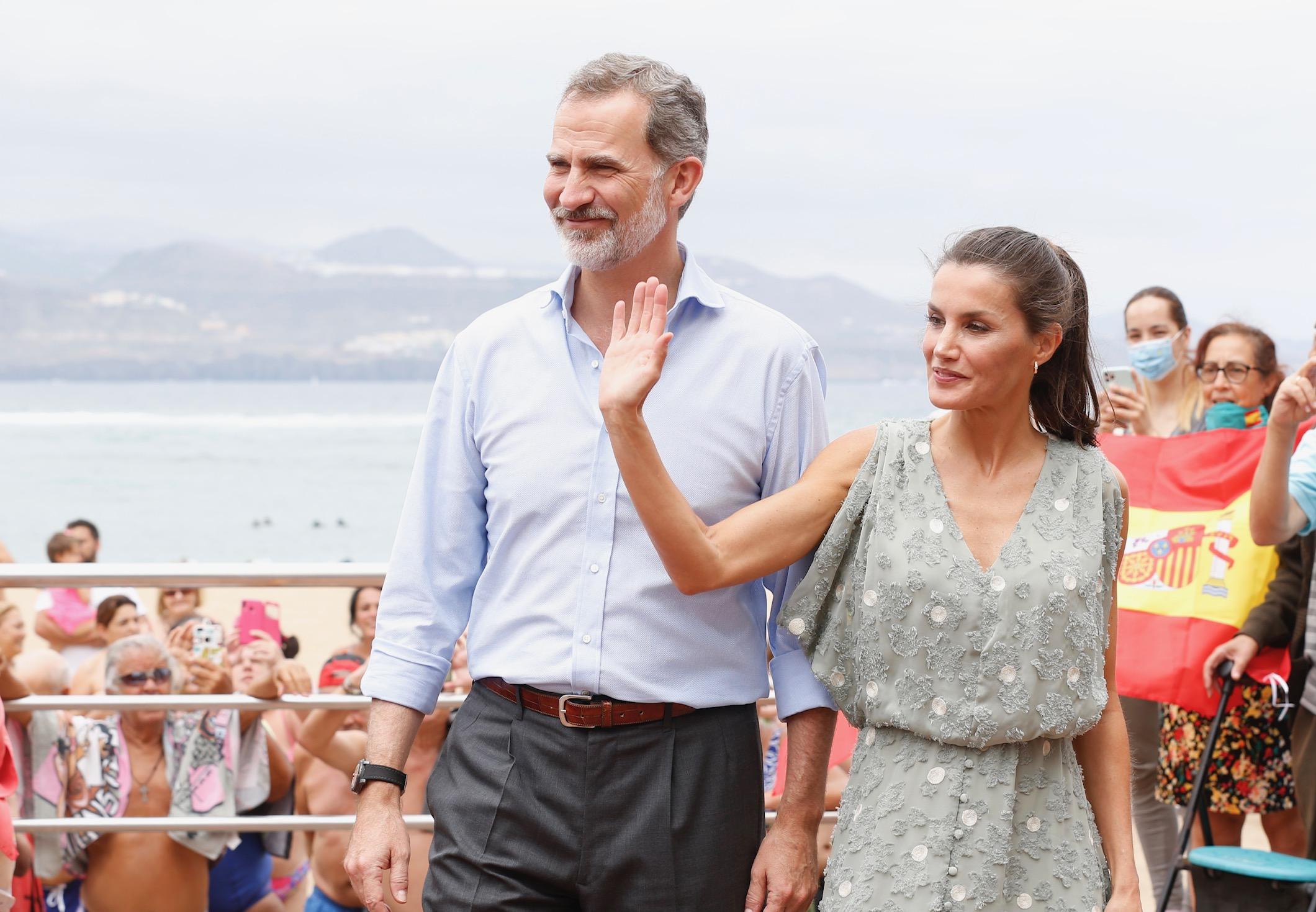 De Zara y agotado, así es el vestido que la reina Letizia ha estrenado en su viaje por Canarias