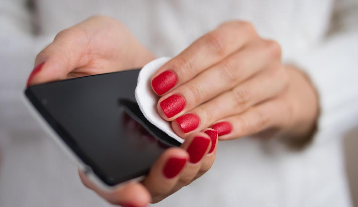 Esta es la manera correcta de desinfectar tu móvil frente al coronavirus