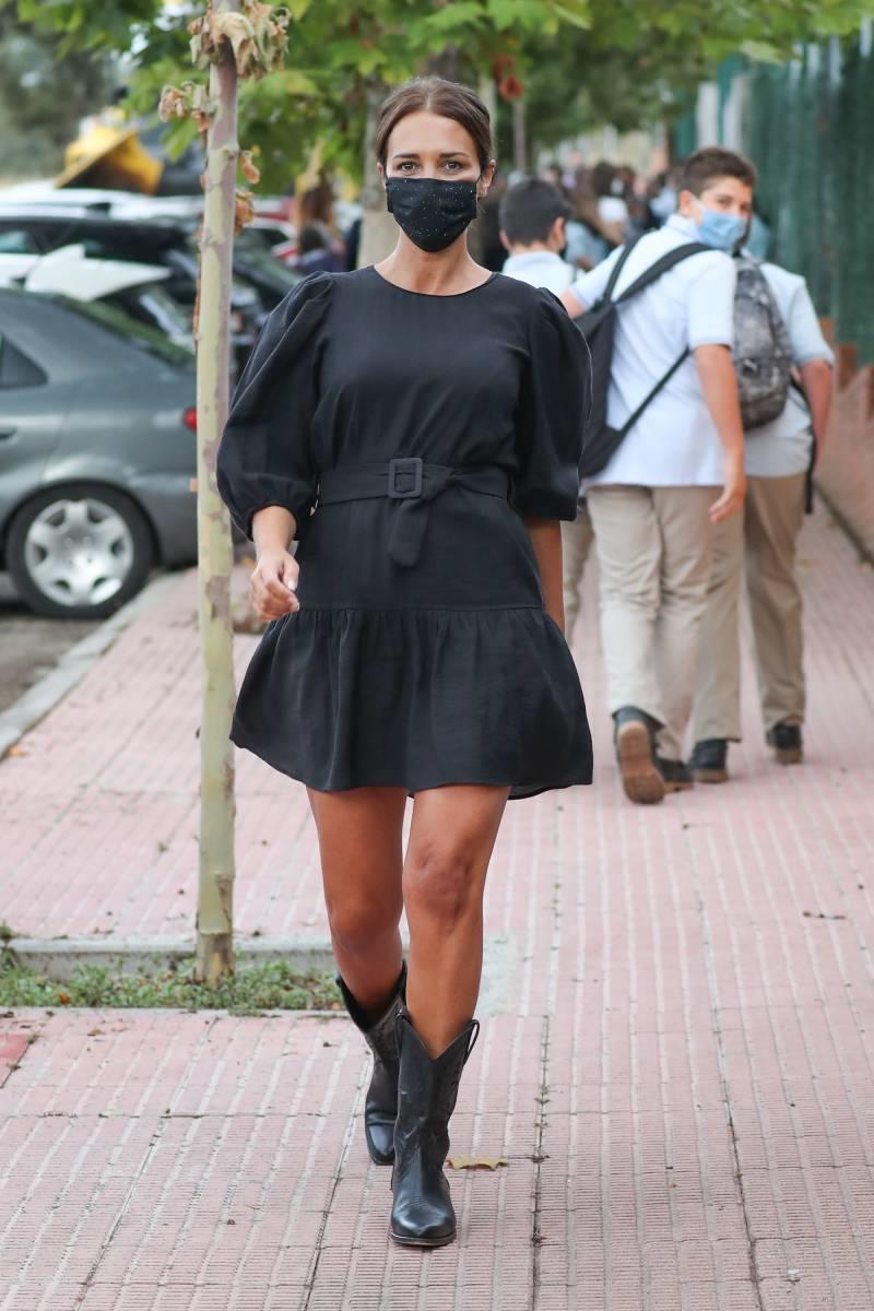 Tres vestidos negros que no pueden faltar en tu armario para emular el look de Paula Echeverría