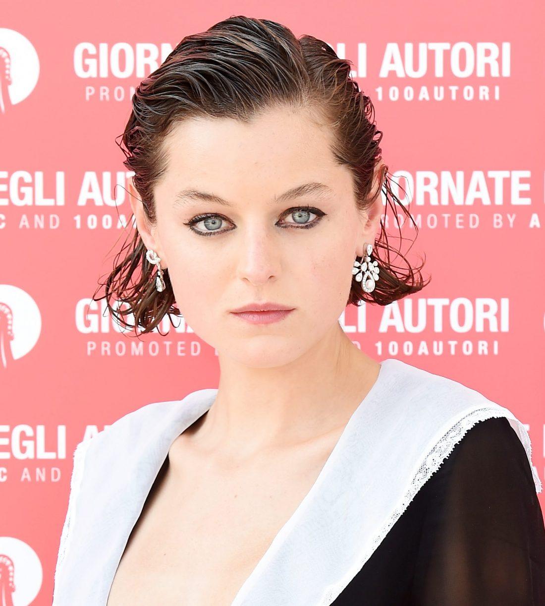 """Emma Corrin en el estreno de """"Miu Miu Women's Tales"""" en el festival de Venecia"""