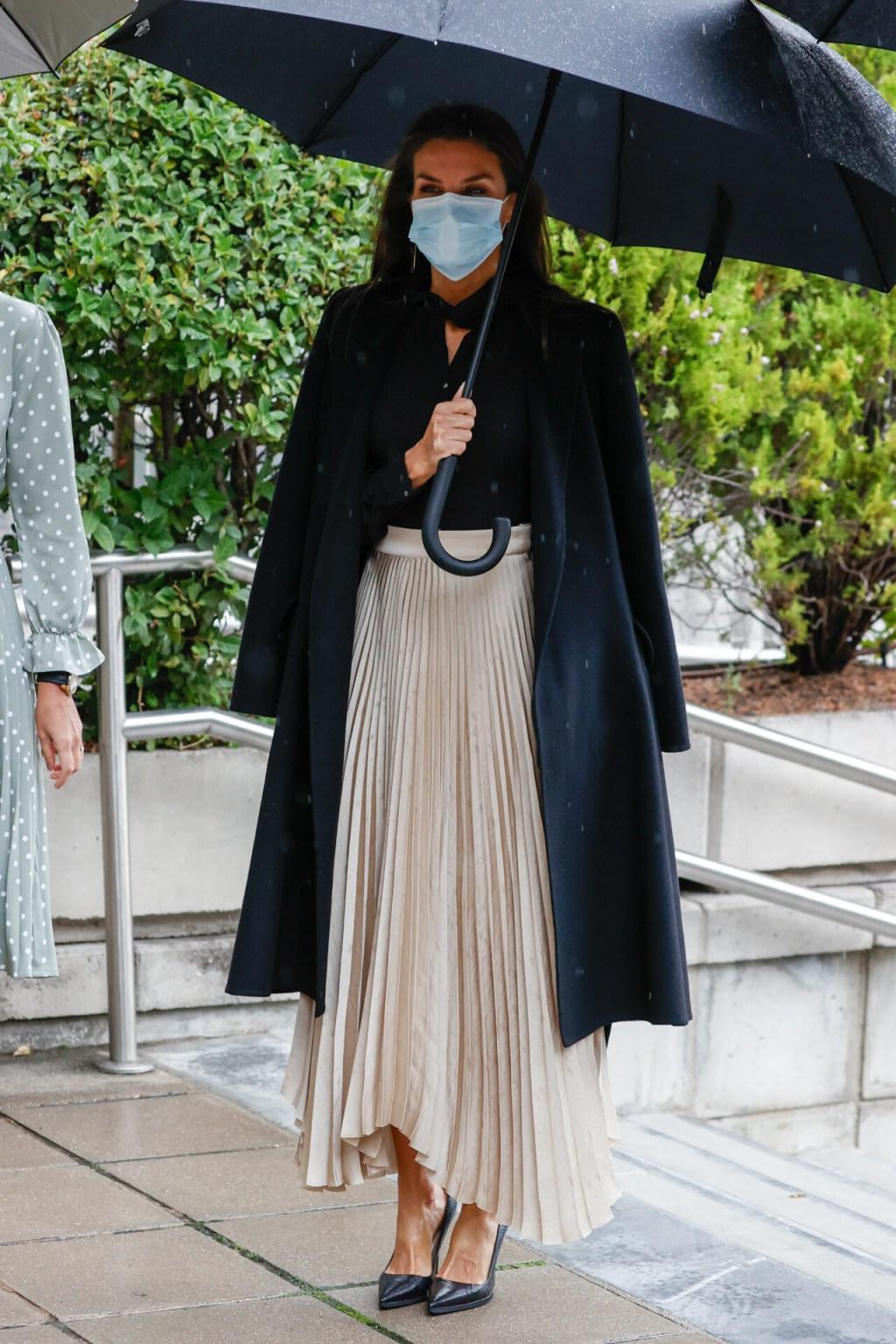 La reina Letizia apuesta por Massimo Dutti para entregar los Premios Nacionales de la Industra de la Moda