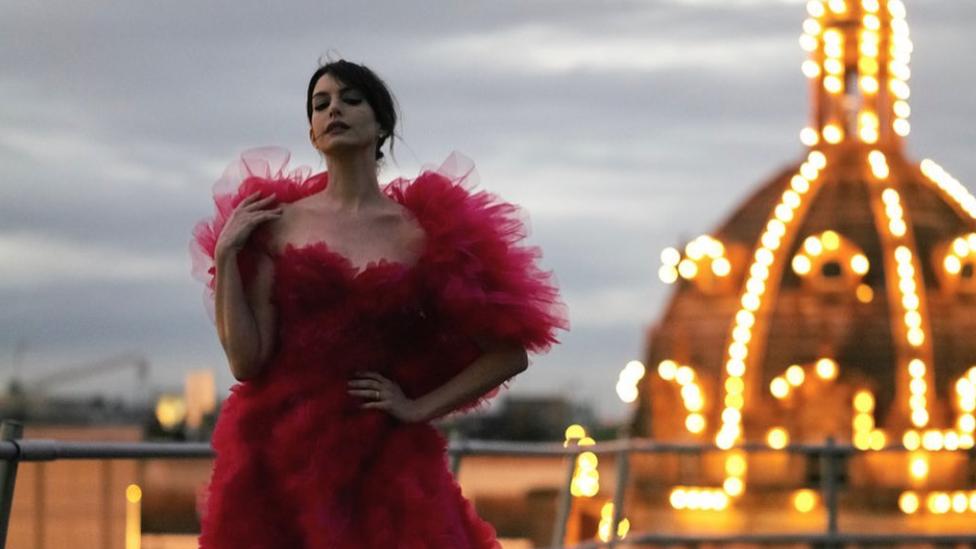 Anne Hathaway celebra el estreno de 'The Witches' con un impresionante vestido