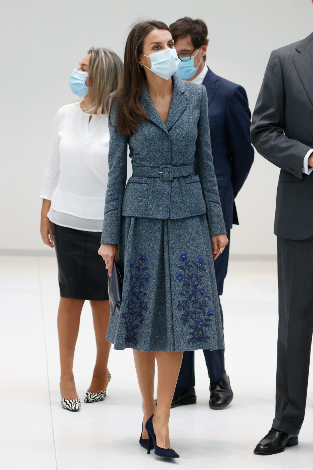 La reina Letizia inicia la semana con uno de sus tejidos favoritos: el tweed