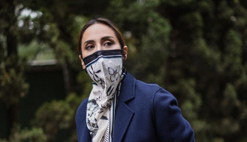 Tamara Falcó se apunta a la moda de las mascarillas-pañuelo (y de marca española)