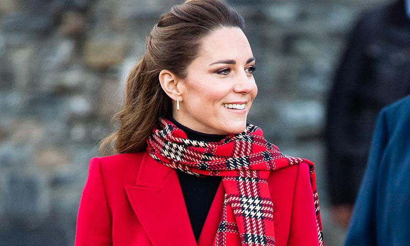 Una semana, cinco abrigos para copiar: el tour de Kate Middleton