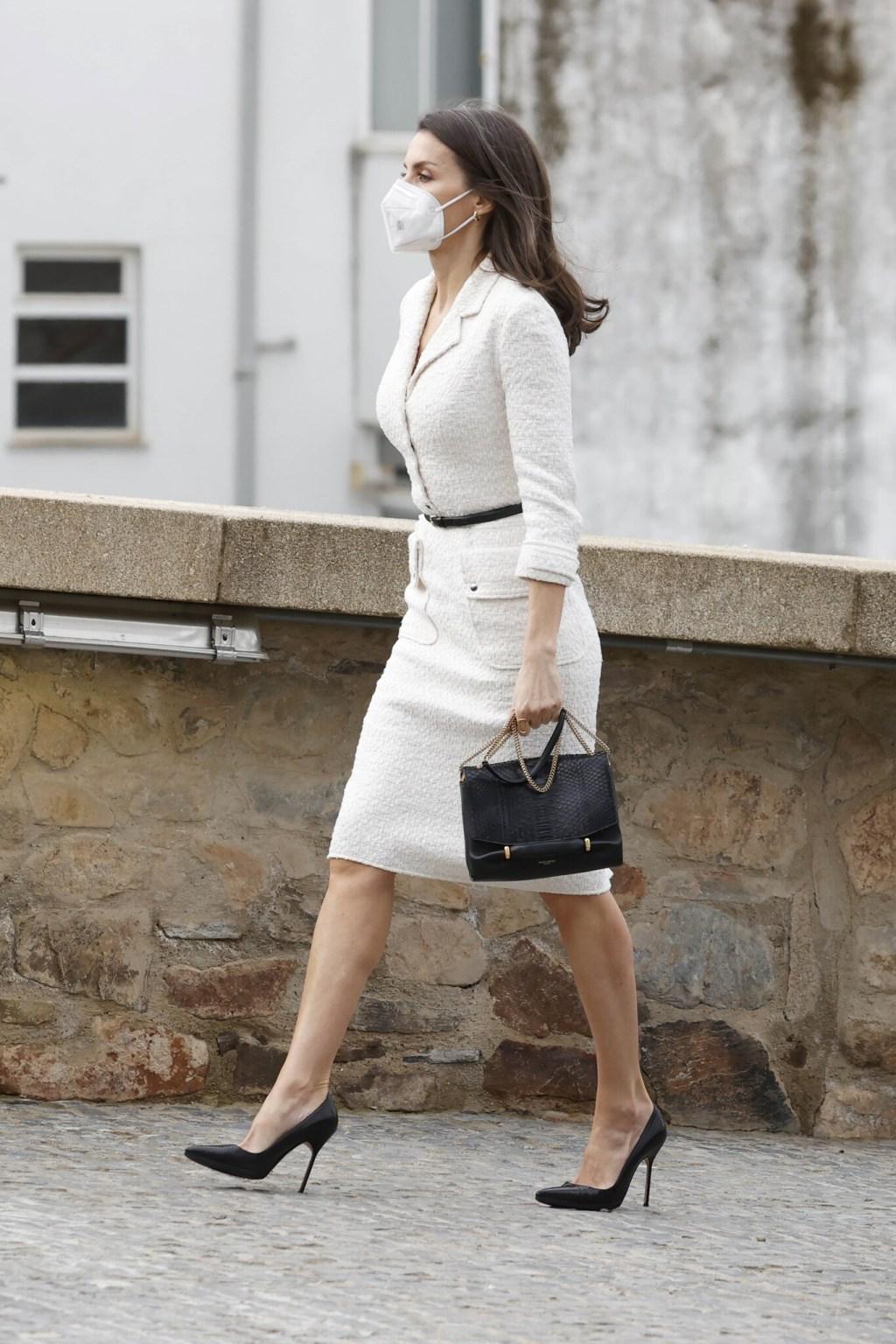 La reina Letizia recupera un vestido de tweed blanco y se adelanta a la primavera