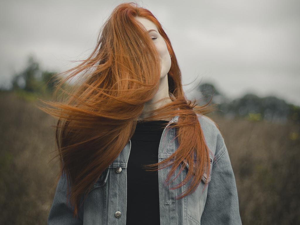 Cómo combinar el color de tu pelo con las prendas que llevas