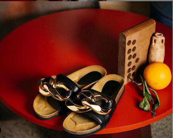 Sandalia + calcetín, el look más comfy de Katie Holmes