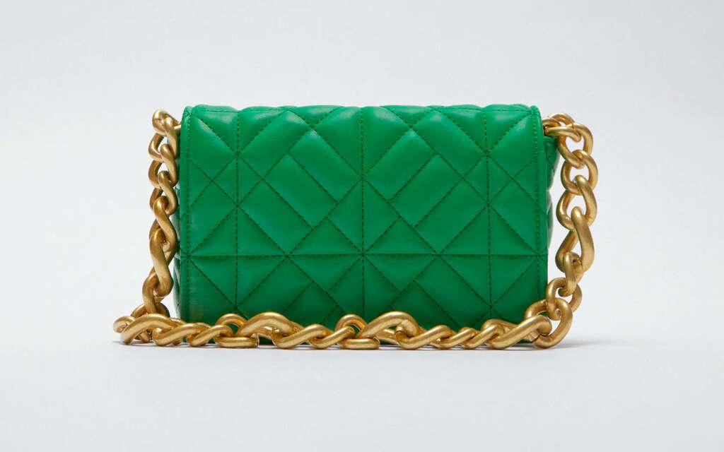 El bolso acolchado de Zara que triunfa en las redes y se parece a un clásico It Bag