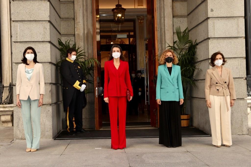 La reina Letizia recupera su traje rojo perfecto
