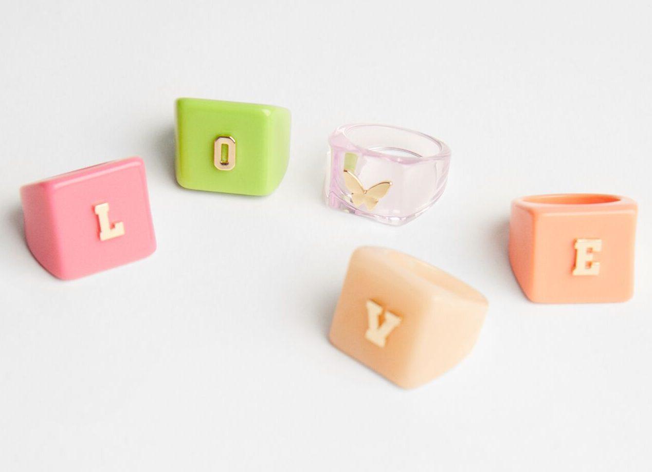 Bershka tiene el kit de anillos noventeros y llenos de color