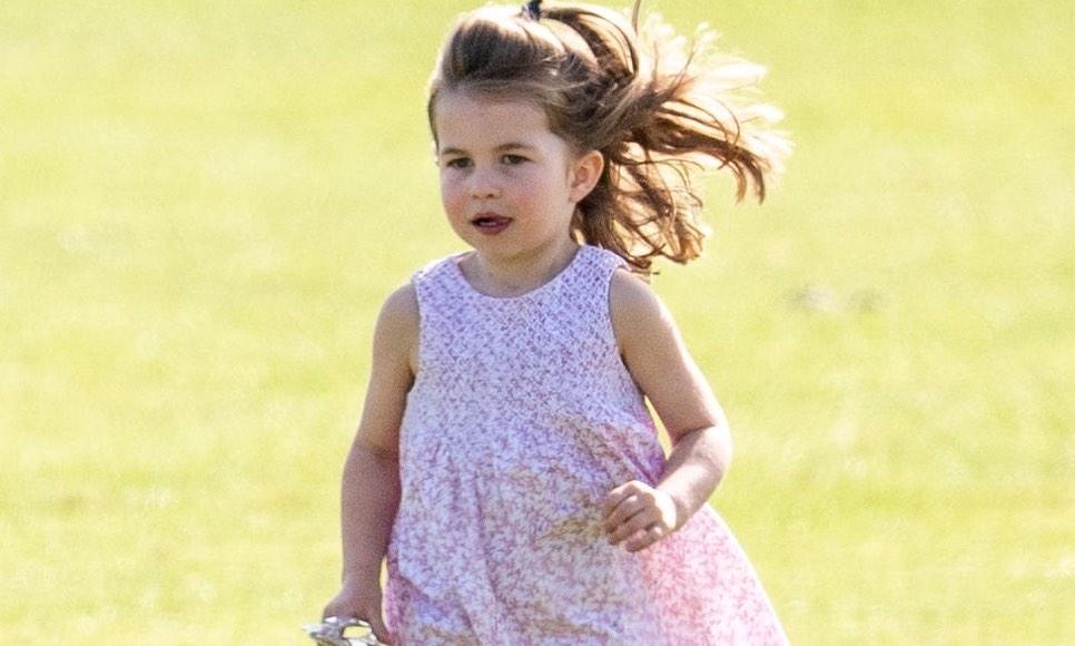 Princess Charlotte enseñó la lengua en público y así reaccionó Kate Middleton
